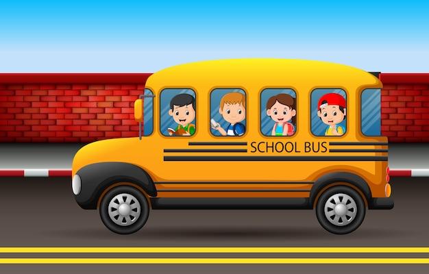 スクールバスに乗っている多くの子供たち