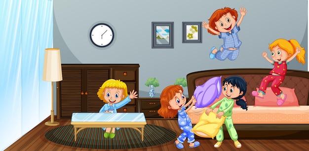 寝室で遊ぶ多くの子供たち