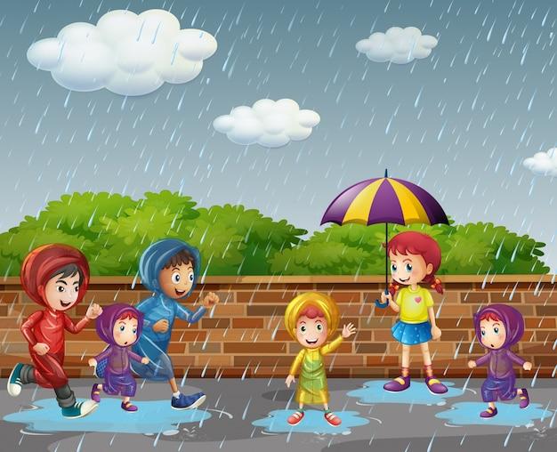 雨の中で走っている多くの子供たち