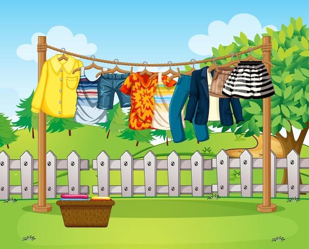 家の外にたくさんの服が並んでいるシーン