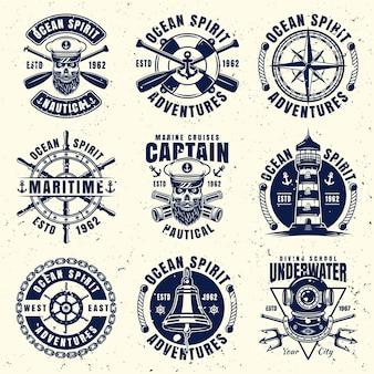 9つのベクトルエンブレム、ラベル、バッジまたはロゴの海事テーマセット。取り外し可能なグランジテクスチャと別のレイヤーのベクトル図
