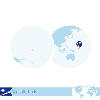 마샬 군도의 국기와 지역 지도가 있는 세계 세계의 마샬 군도. 벡터 일러스트 레이 션.