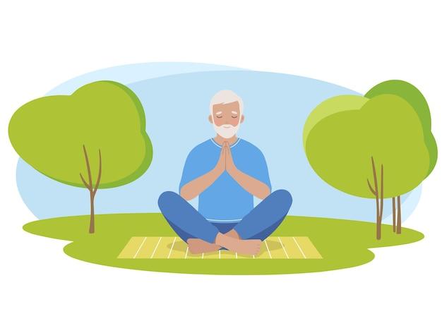 Зрелый пожилой мужчина медитирует и выполняет позу лотоса йоги на природе
