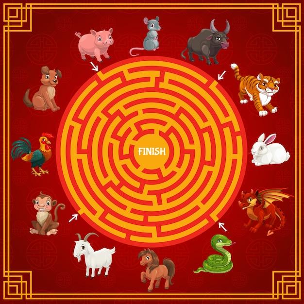 중국 새 해 달력의 만화 조디악 동물과 미로 또는 미로 게임 템플릿. 원형 경로, 별자리 동물로 끝낼 올바른 방법을 찾는 어린이 교육 게임 또는 퍼즐