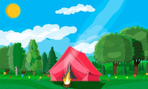 草とキャンプのある牧草地。テントとキャンプファイヤー。夏の風景のコンセプト。緑の森と青い空。田舎のなだらかな丘。丘、地平線上の花の木。ベクトルイラストフラットスタイル