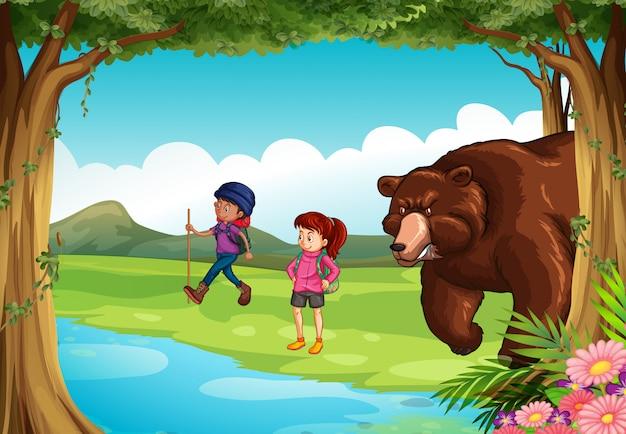 森の平均的なクマと2人のハイカー