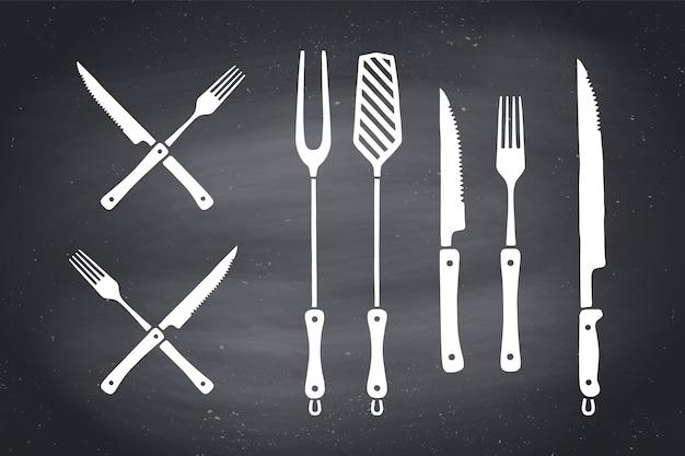 고기 절단 나이프와 포크 세트. 스테이크, 정육점 및 바베큐 용품-바베큐 그릴 도구. 바베큐 물건, 스테이크 하우스, 레스토랑, 주방 포스터 도구 세트. 고기 테마. 삽화 프리미엄 벡터