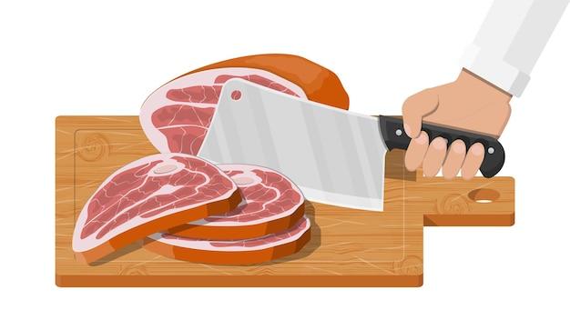 Мясной стейк, нарезанный на деревянной доске кухонным ножом
