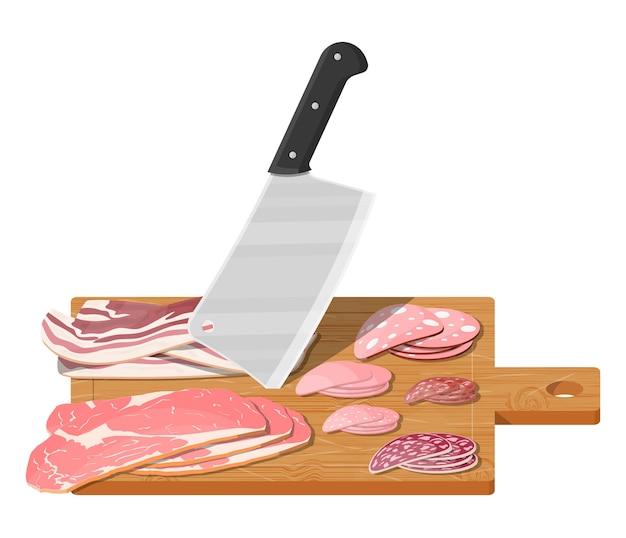 부엌 칼으로 나무 보드에 다진 고기 스테이크 소시지