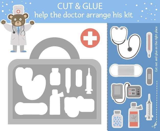 어린이를위한 의료용 절단 및 접착제. 귀여운 의사 곰과 장비가있는 응급 처치 키트가있는 의학 교육 활동. 의사가 가방 정리를 도와주세요.