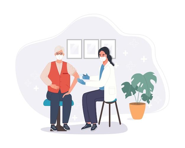 Врач в клинике дает старшему мужчине инъекционную вакцину от коронавируса. концепция вакцинации иммунитета в больнице. прививка от вакцины covid для пациента. Premium векторы