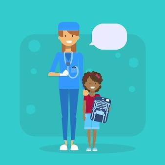Врач с ребенком, проведение рентгеновского обследования больницы концепции