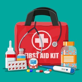 Медицинская аптечка с таблетками и приспособлениями