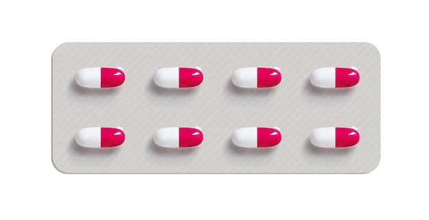 흰색 배경에 약 알 약입니다. 알약 포장. 바이러스 치료법. 비타민 또는 바이오 보조제 캡슐.