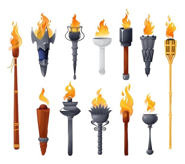 불타는 불 세트와 중세 횃불입니다. 화염과 다른 모양의 고대 금속 및 나무 브랜드.