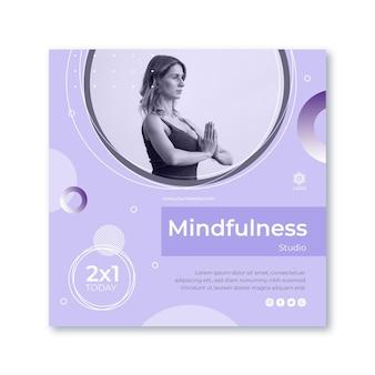 瞑想とマインドフルネスの正方形のチラシテンプレート