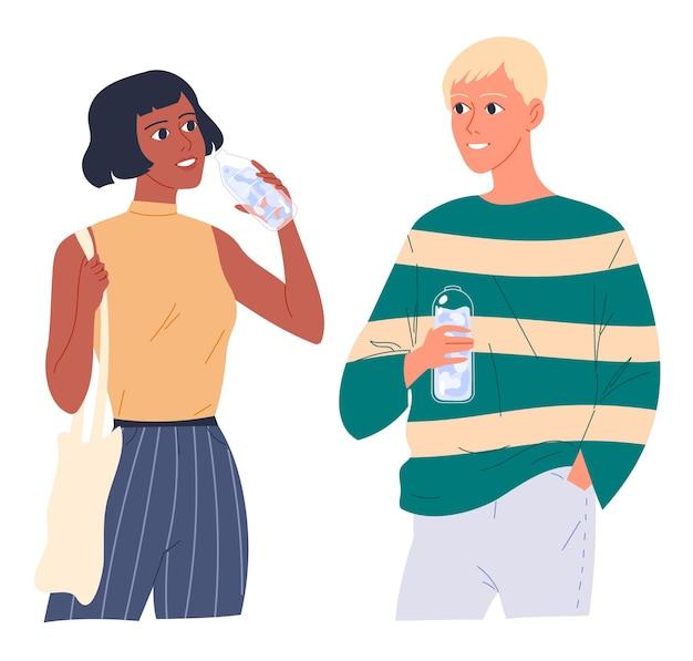 Встреча пары молодых людей. они держат бутылки с водой, разговаривают и пьют воду.