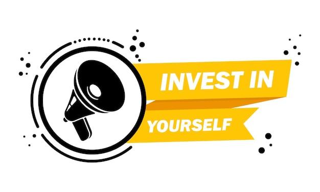 Мегафон с инвестировать в себя баннер речи пузырь. слоган о инвестировании в себя. громкоговоритель. этикетка для бизнеса, маркетинга и рекламы. вектор на изолированном фоне. eps 10