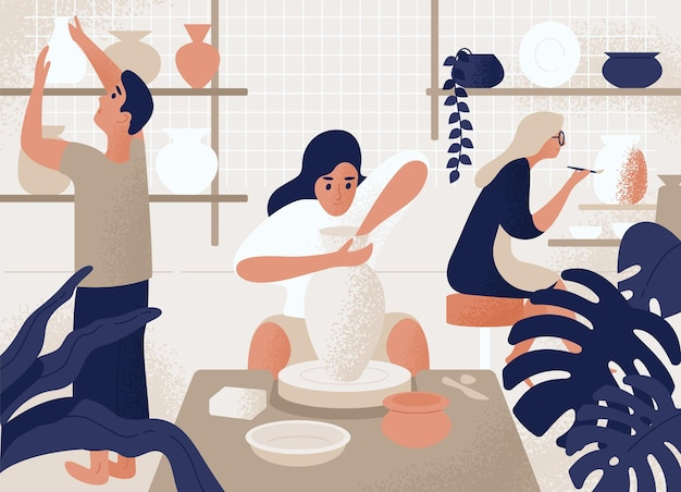 Мужчины и женщины изготавливают и украшают горшки, фаянс, посуду и другую керамику в гончарной мастерской.