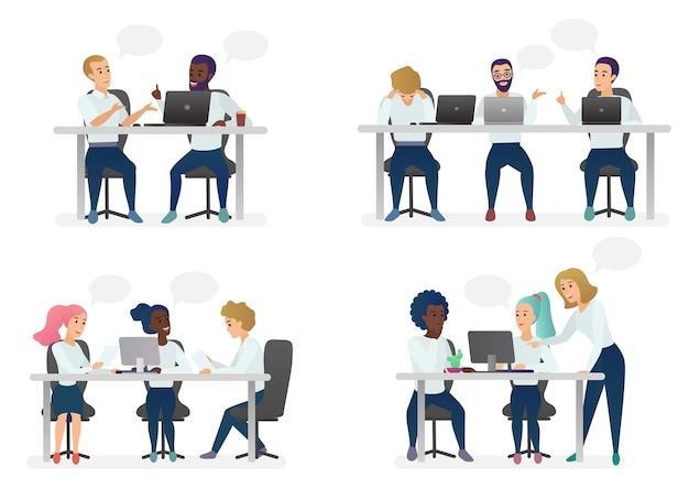 앉아 있고, 책상에서 일하고, 현대 사무실에 서서, 컴퓨터에서 일하고, 동료와 이야기하는 남성과 여성 사람들.