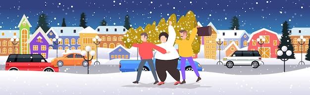 Мужчины, несущие свежевырубленную елку, зимние праздники, празднование, концепция, снегопад, городской пейзаж, векторная иллюстрация
