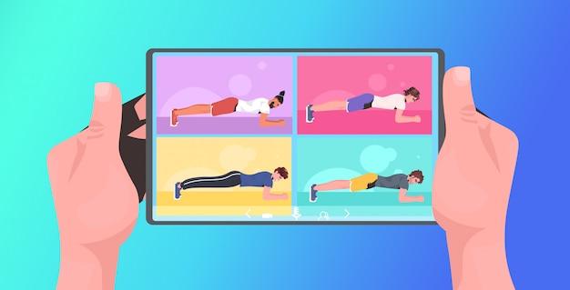 모바일 앱 가로 그림을 사용하여 태블릿 화면 온라인 교육 건강한 라이프 스타일 개념 인간의 손에 요가 피트니스 운동을하는 남자
