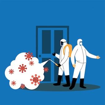 Мужчины в костюмах для дезинфекции дверей