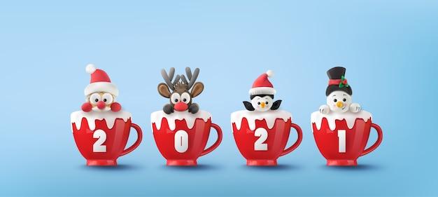 Веселого рождества и счастливого и счастливого нового года. санта-клаус, снеговик, северный олень и пингвин на красной чашке со снегом.
