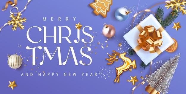 メリークリスマスと新年あけましておめでとうございます青紫の休日の背景にゴールドの弓のモミの木の枝、クリスマスボール、金の鹿とライトが付いたギフトボックス。