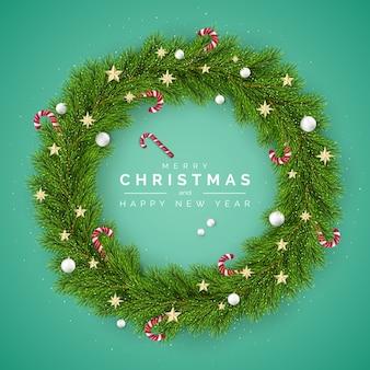 Поздравительная открытка с новым годом и рождеством. елочный венок, украшенный елочными шарами и леденцами. элемент украшения праздника на зеленом фоне.