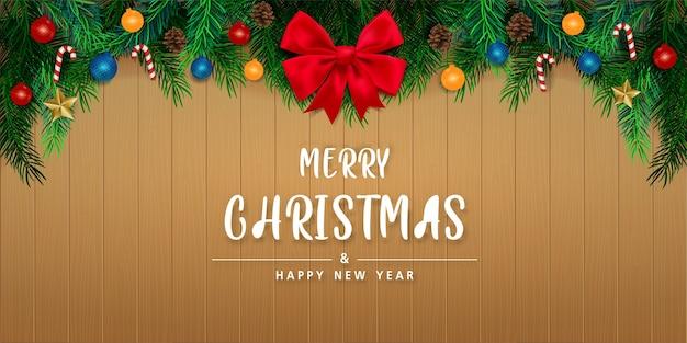木製の壁の背景にメリークリスマスと新年あけましておめでとうございます。