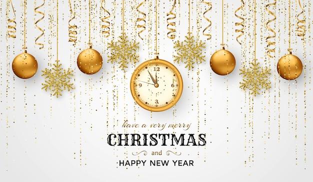 光沢のある雪の結晶、ゴールデンボール、時計、ゴールド色の見掛け倒しとストリーマとメリークリスマスの背景。グリーティングカードとクリスマステンプレート。深夜まで5分。
