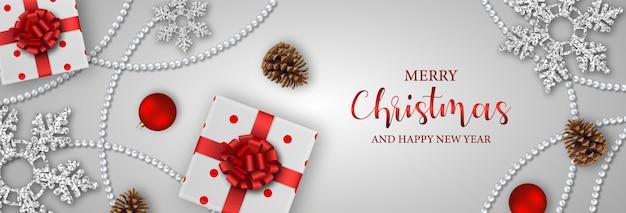Счастливого рождества баннер с подарочными коробками, снежинками, сосновыми шишками и рождественскими украшениями