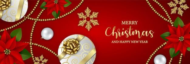 Счастливого рождества баннер с подарочными коробками, снежинками, красной пуансеттией и рождественскими украшениями
