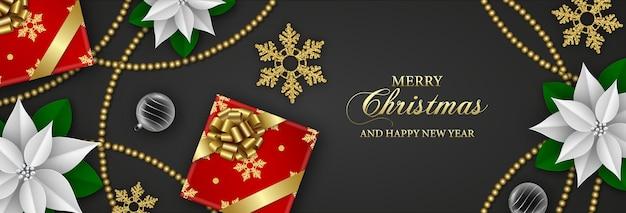 Счастливого рождества баннер с подарочными коробками, снежинками, белыми пуансеттиями и елочными шарами