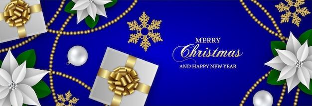 Счастливого рождества баннер с подарочными коробками, снежинками, белой пуансеттией и рождественскими украшениями