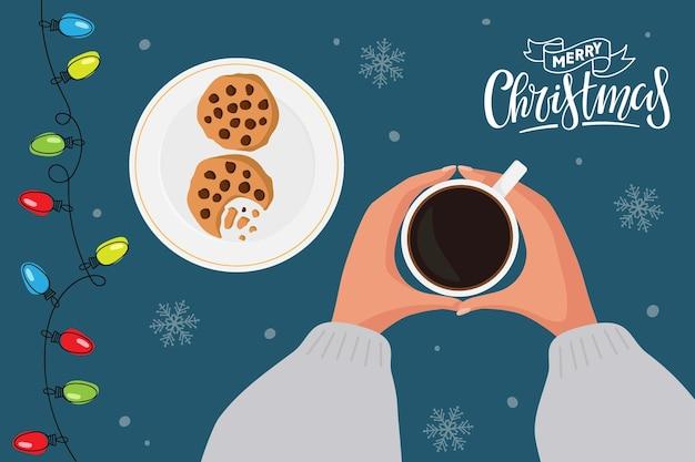 커피 컵과 쿠키 손으로 접시와 메리 크리스마스 인사말 카드