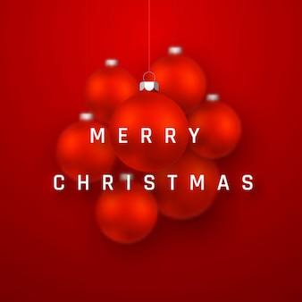 現実的な赤いクリスマスボールとメリークリスマスホリデーの背景。