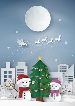 メリークリスマス。サンタクロースのペーパーアートは、雪だるまと雪の女性と満月に対してトナカイのそりに乗る。都市空間と冬の風景。ベクトルイラスト。