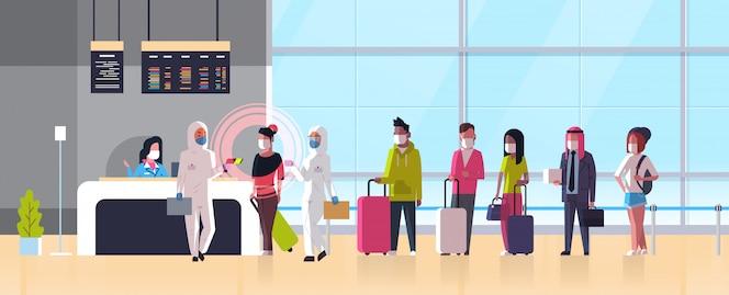Эпидемия медицинский работник mers-cov в костюме «хазмат» проверяет температуру пассажиров в терминале аэропорта. коронавирусная инфекция ухань концепция риска пандемии для здоровья 2019-нков горизонтальная полная