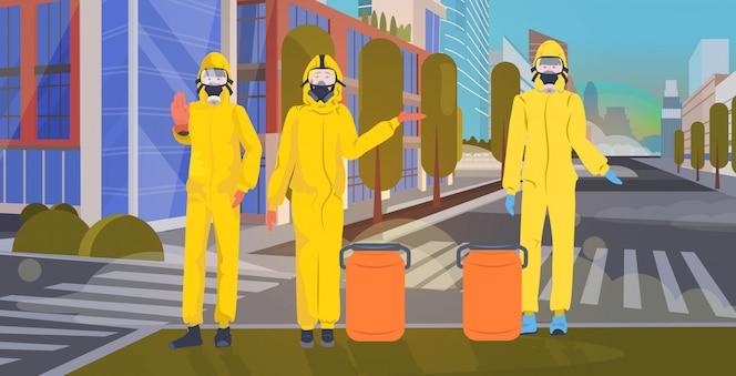 Люди в желтых костюмах и защитных масках для предотвращения эпидемии. mers-cov чистка дезинфекция улица города wuhan коронавирус 2019-ncov городской пейзаж фон горизонтальный полная длина