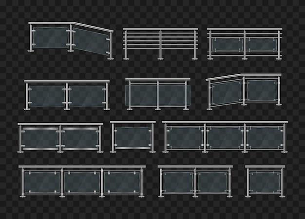 金属製の手すり。鉄の手すりの正面と角度のビューとガラスの欄干。金属製の管状の手すりと家の階段、家のバルコニー用の透明なシートを備えたガラスフェンスのセクション。