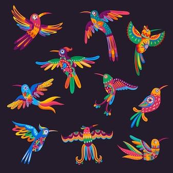 멕시코 다채로운 벌새와 앵무새. 꼬리와 날개 깃털에 멕시코 민속 패턴과 밝은 꽃 장식이 있는 벡터 알레브리예, 멕시코 디자인을 위한 만화 이국적인 열대 조류