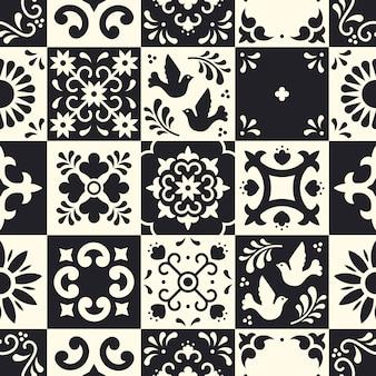 メキシコのタラベラのシームレスなパターン。プエブラの伝統的なマジョリカスタイルの花、葉、鳥の装飾が施されたセラミックタイル。