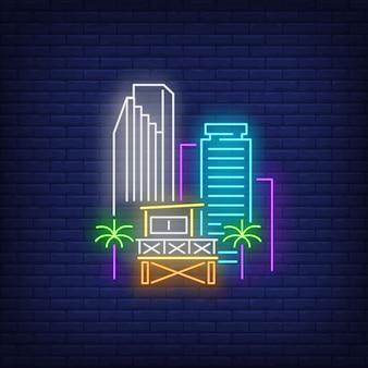 マイアミ市の高層ビルとライフガードステーションネオンサイン。ビーチ、観光、旅行。