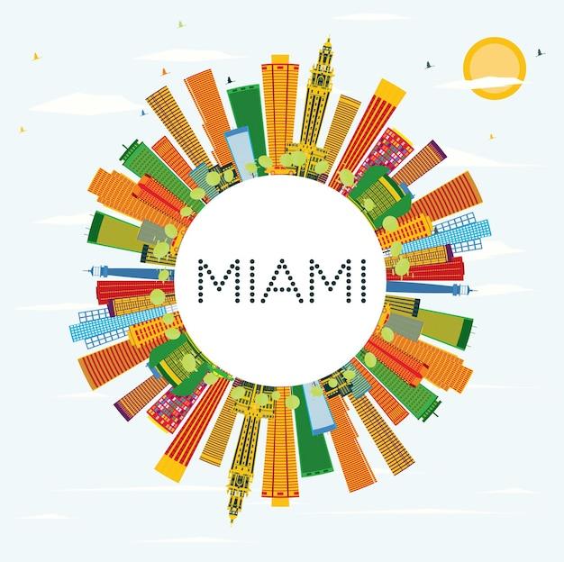 Горизонт майами с цветными зданиями, голубым небом и копией пространства. векторные иллюстрации. деловые поездки и концепция туризма с современной архитектурой.
