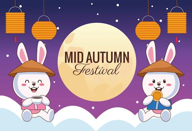 Празднование середины осени карта с маленькой парой кроликов с фонарями в облаках