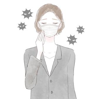Женщина средних лет в костюме в маске из нетканого материала. на белом фоне.