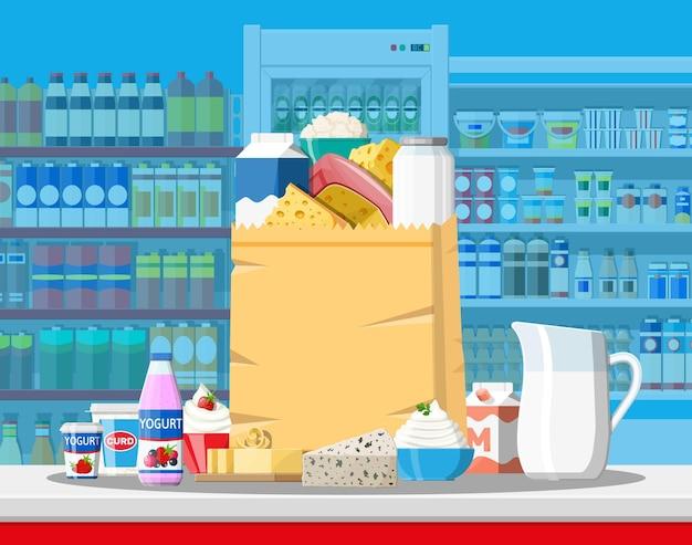 スーパーマーケットのミルクカウンター。ファーマーショップまたは食料品店。乳製品は食品のコレクションを設定します。ミルクチーズヨーグルトバターサワークリームクロテッドクリーム農産物。ベクトルイラストフラットスタイル