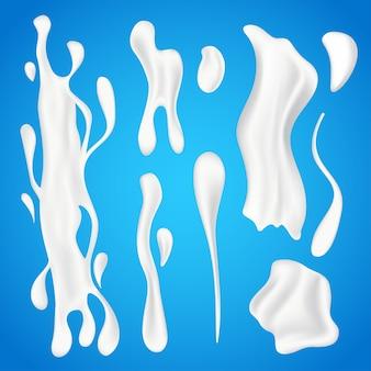 Набор брызг молока. реалистичные жидкие натуральные молочные продукты в различных формах, водоворот йогурта или сливочные волны и белые капли, изолированные на синем фоне